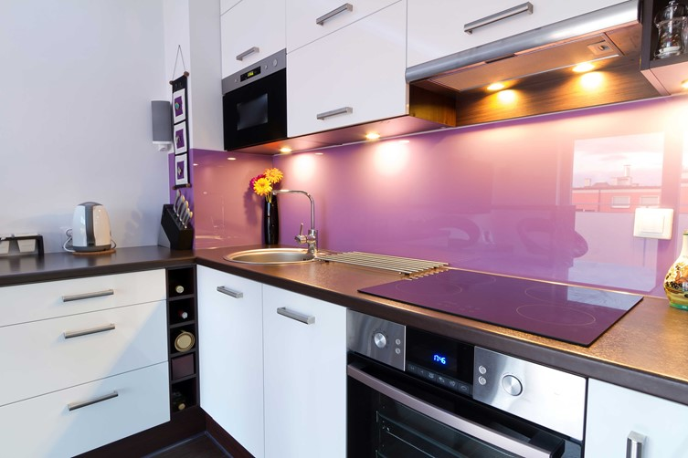 Glass Splashback Fushia in kitchen by Metro Glass